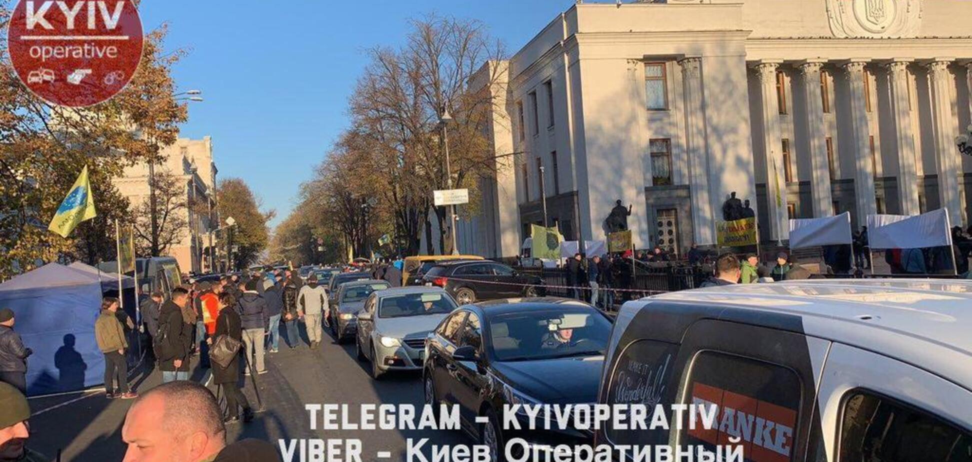 Коллапс на дорогах: владельцы авто на еврономерах заблокировали центр Киева