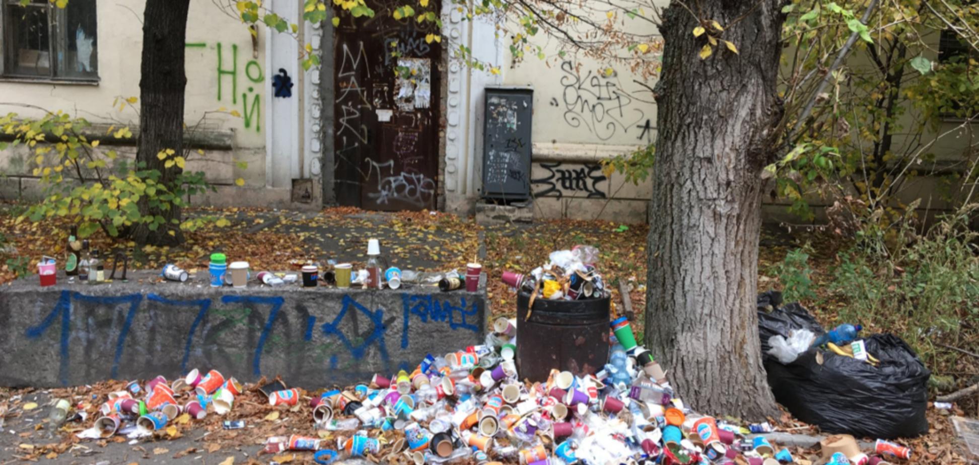 ''Свинский бизнес'': в сети разозлились на популярное кафе в Киеве из-за мусора