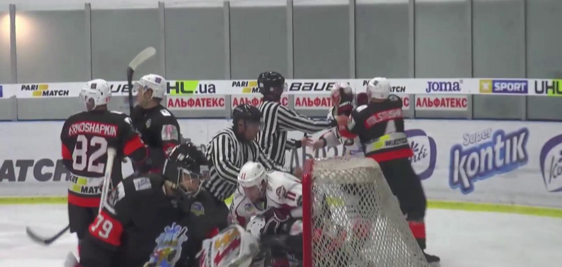 Украинские хоккеисты устроили массовую драку на матче