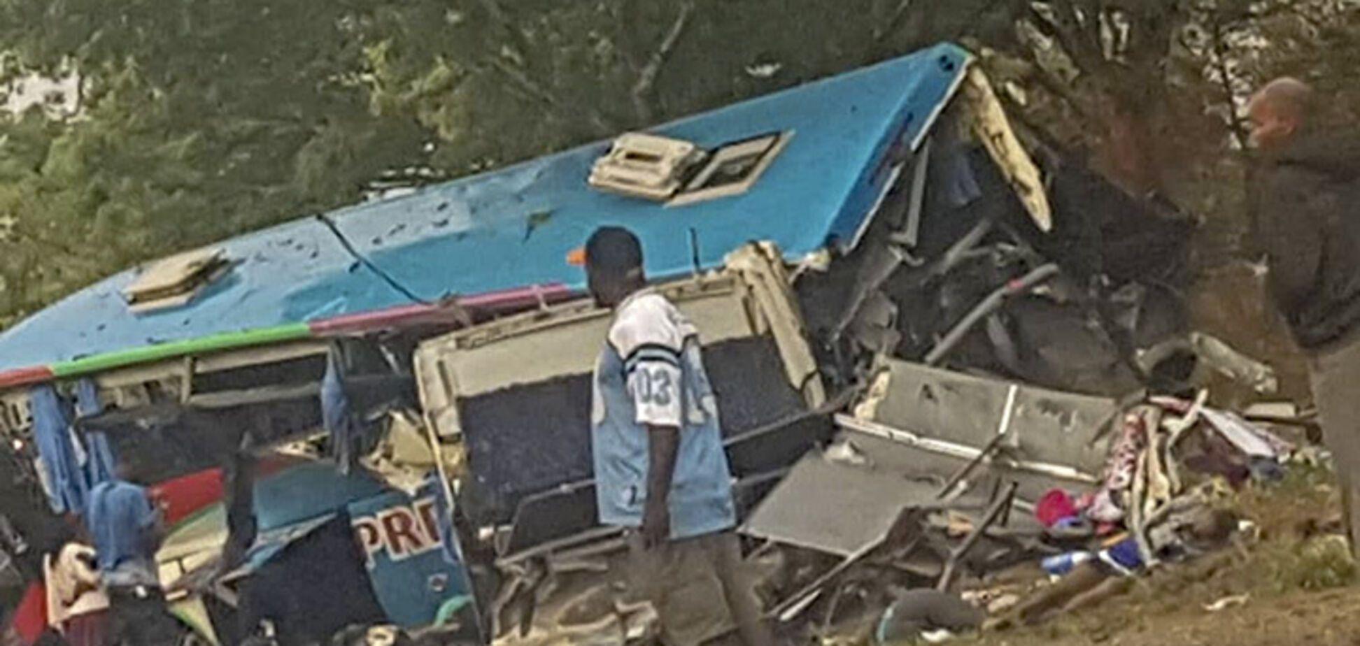 В Африке столкнулись два автобуса: в кровавом ДТП погибли 47 человек, более 70 — ранены. Фото аварии