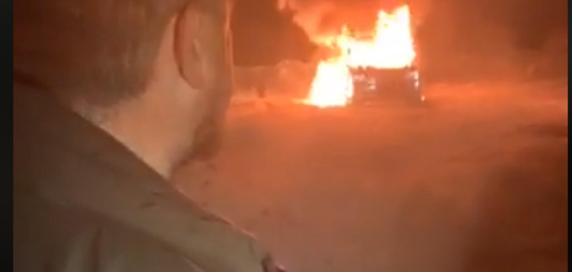 ''Ми нічого не отримали'': лідер власників авто на єврономерах спалив свою машину. Відео