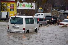 Плывут авто и киоски: в России город ушел под воду. Фото и видео непогоды