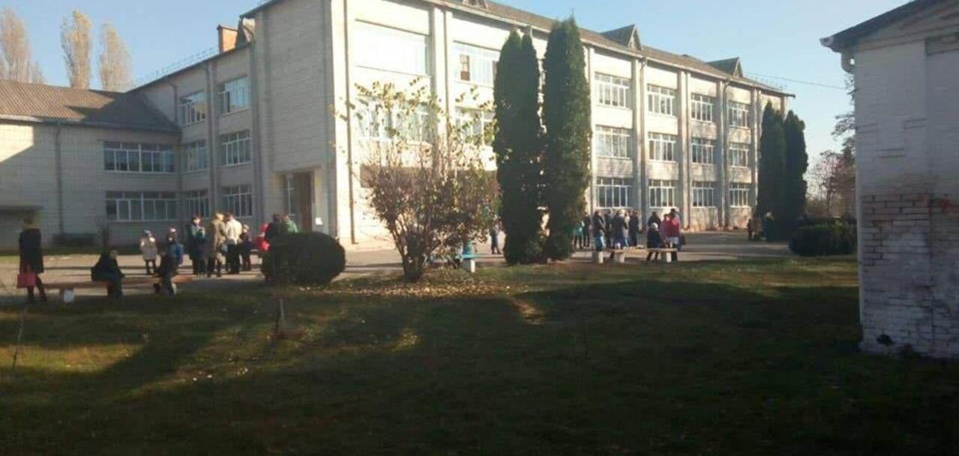 У школі під Києвом розпилили газ: дітей масово евакуювали, є постраждалі