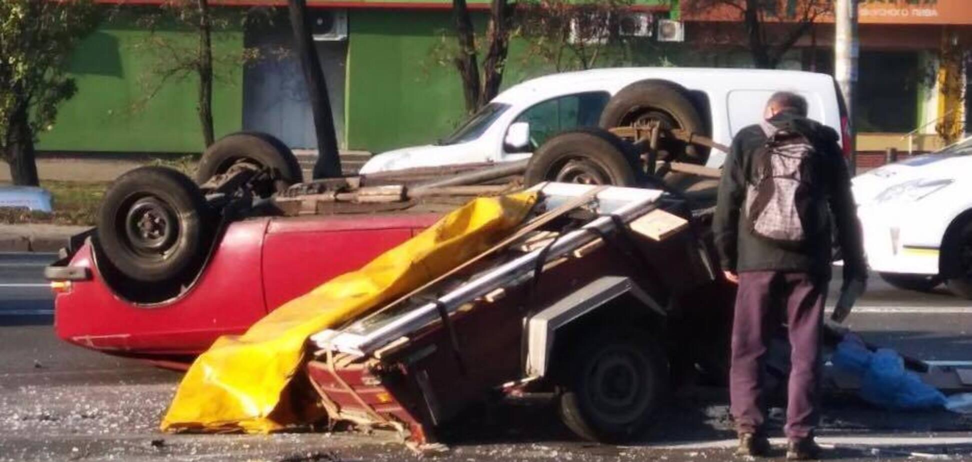 В Киеве авто перевернулось на крышу: жуткие кадры