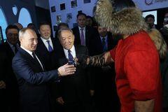 Путину вручили узел из гвоздей