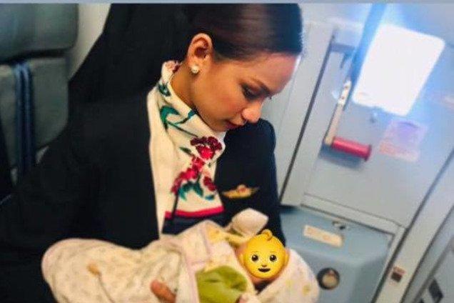 """""""Мать-героиня"""": стюардесса отличилась необычным поступком ради чужого малыша"""