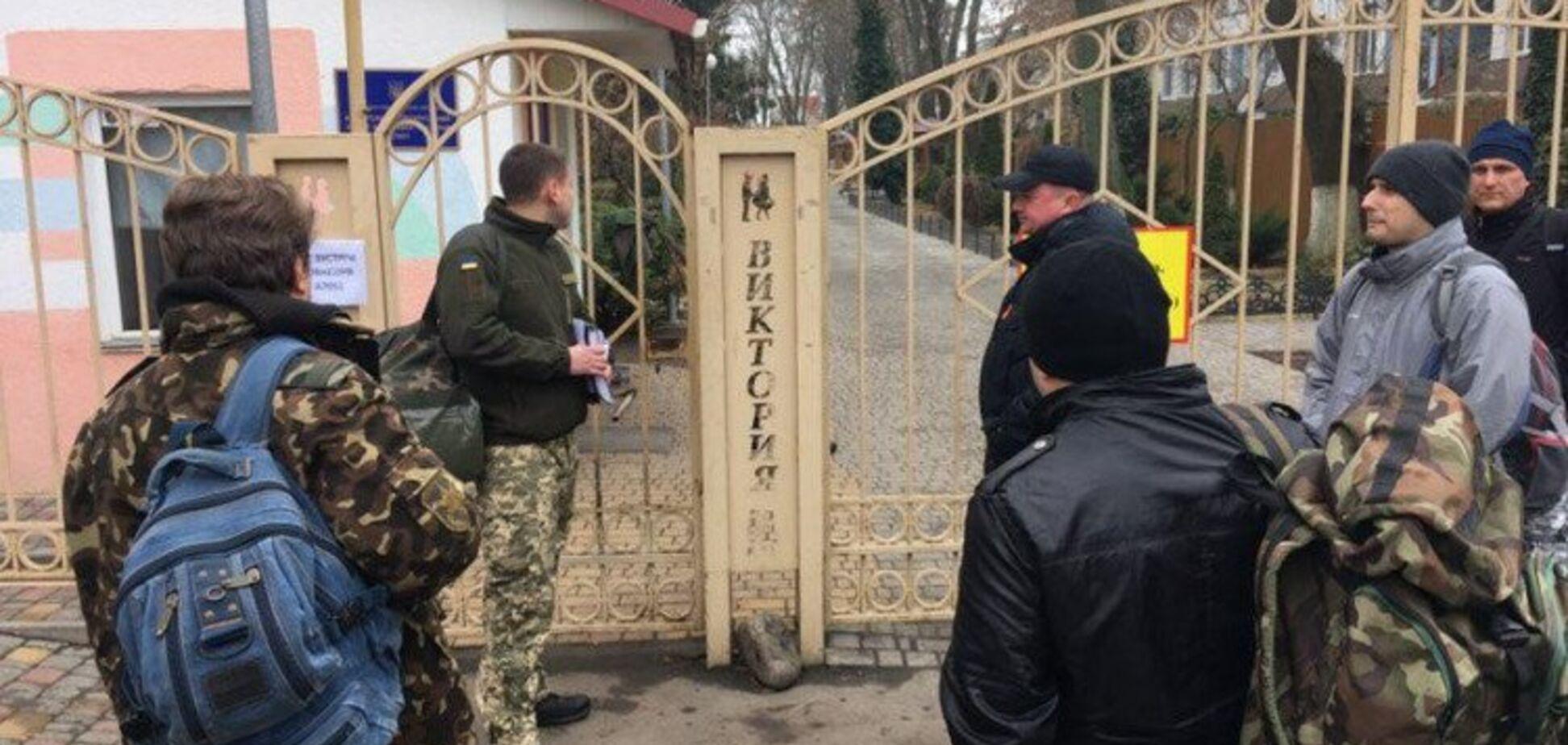Военные в пострадавшем от пожара лагере ''Виктория'' спровоцировали скандал