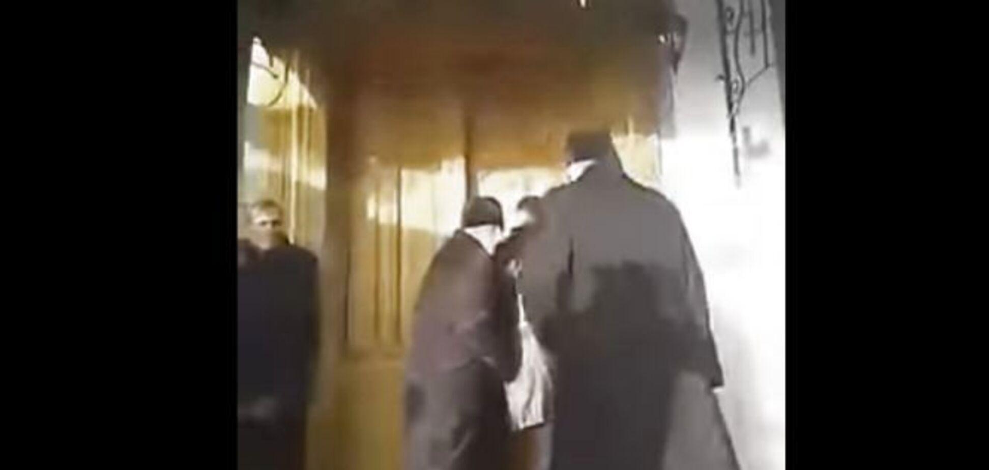 На Тернопільщині священики влаштували побоїще у храмі: відео ''сутички''