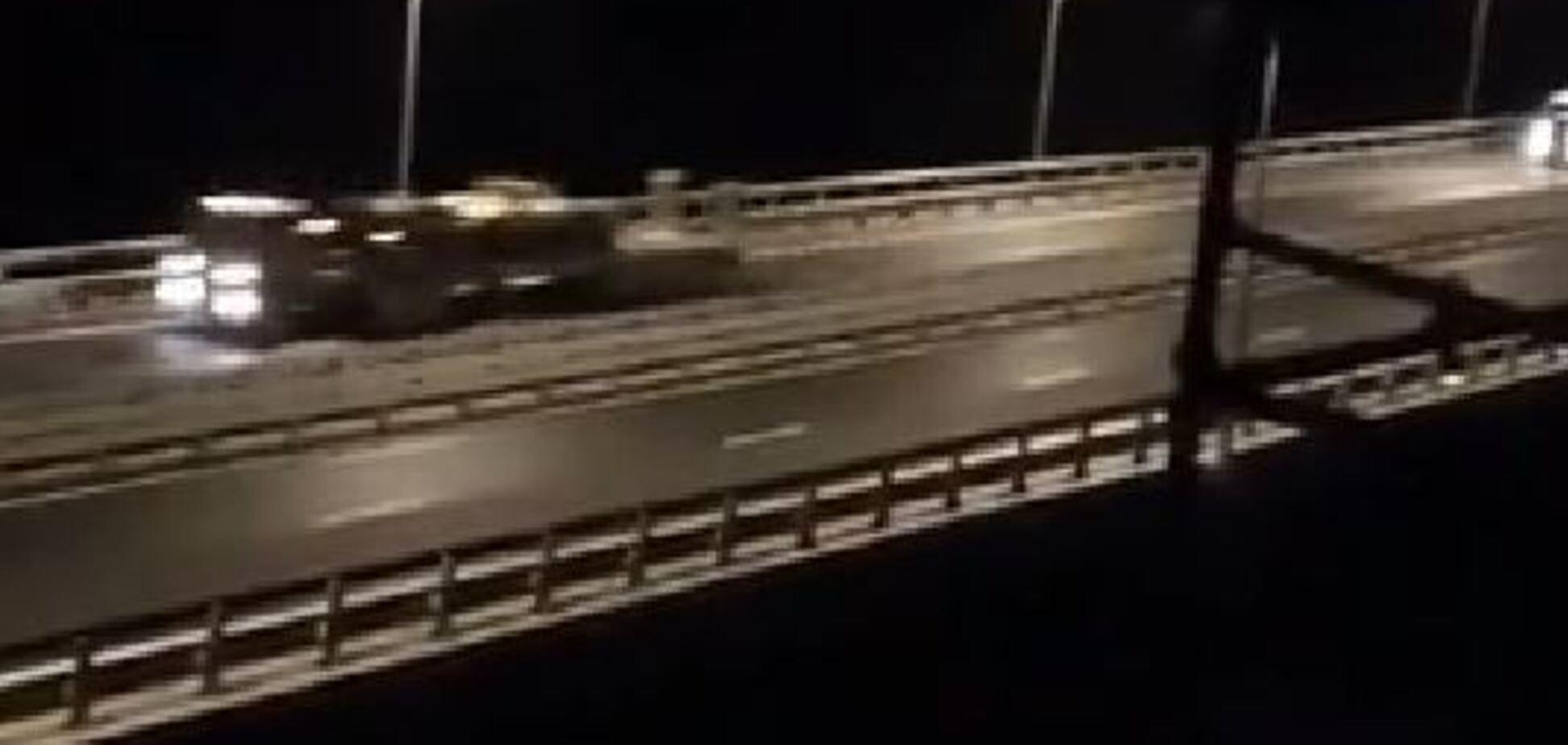 По Кримському мосту у Росію пронеслася колона бойової техніки: відео