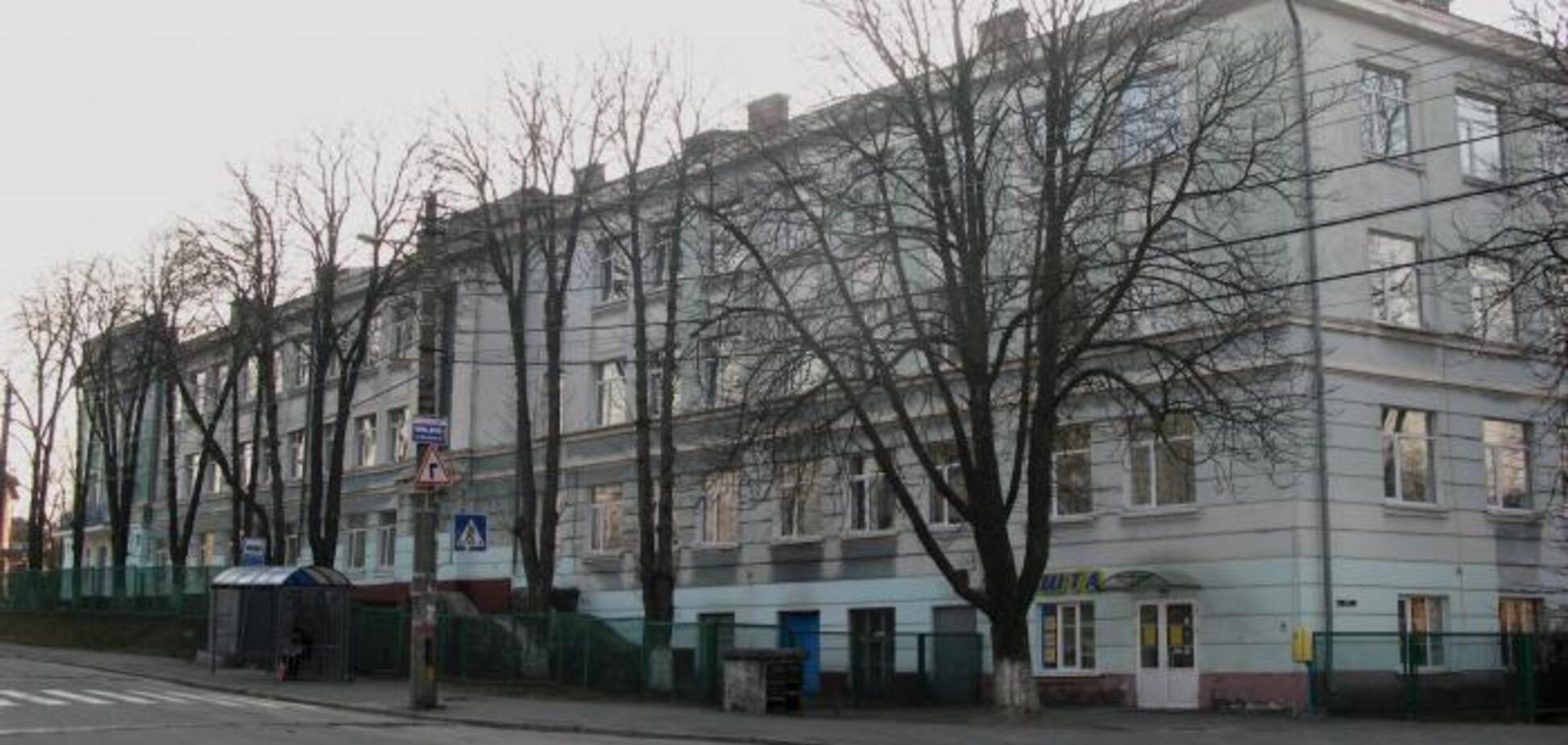 В Киеве водитель авто влетел в школу и сбежал: видео с места происшествия