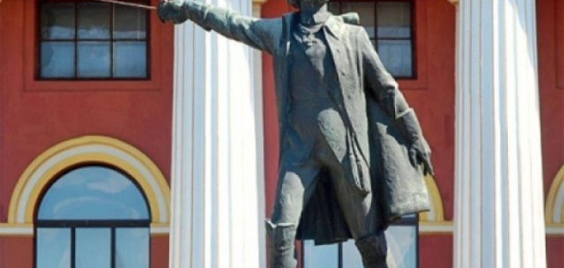 Що ганебний пам'ятник російському військовому злочинцю Суворову робить на території ліцею Богуна?