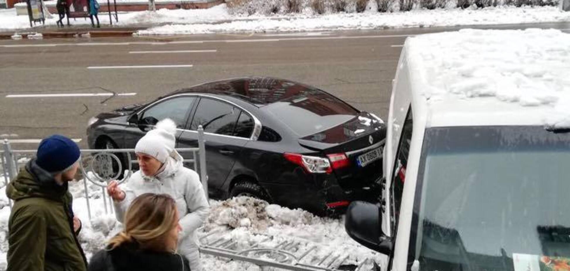 В Киеве микроавтобус влетел в авто с беременной и врезался в магазин: фото ДТП