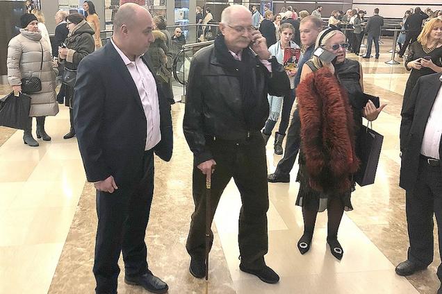 Опираясь на трость: Михалков появился на публике после операции