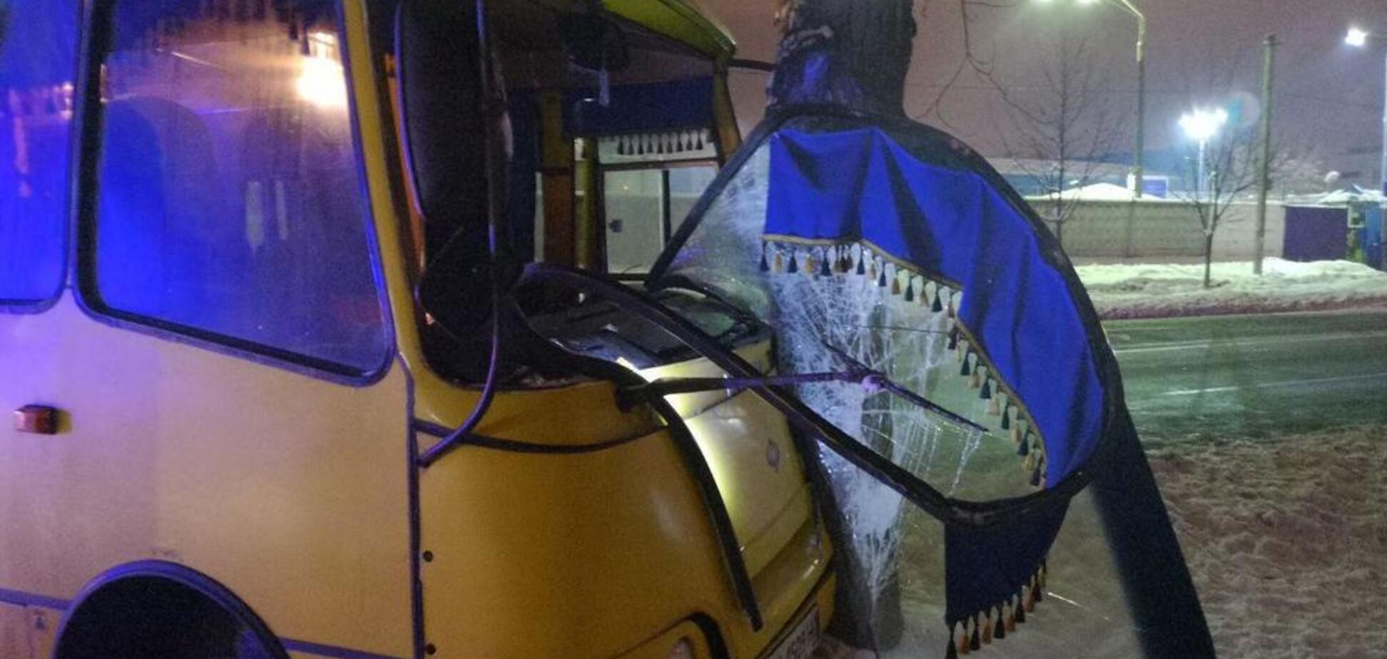 У Києві маршрутка збила людину і врізалася у стовп: фото жорсткого ДТП