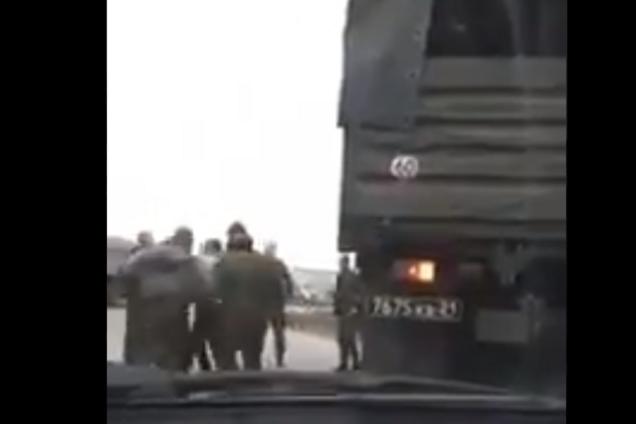 ''Ð' Украину едут!'' РоÑÑийÑкие военные уÑтроили на дороге разборки