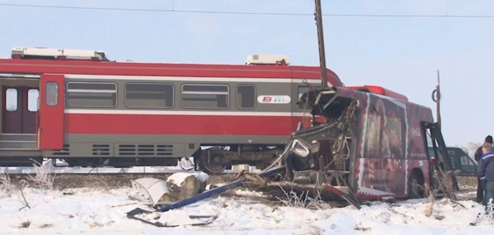 На юге Сербии поезд протаранил автобус