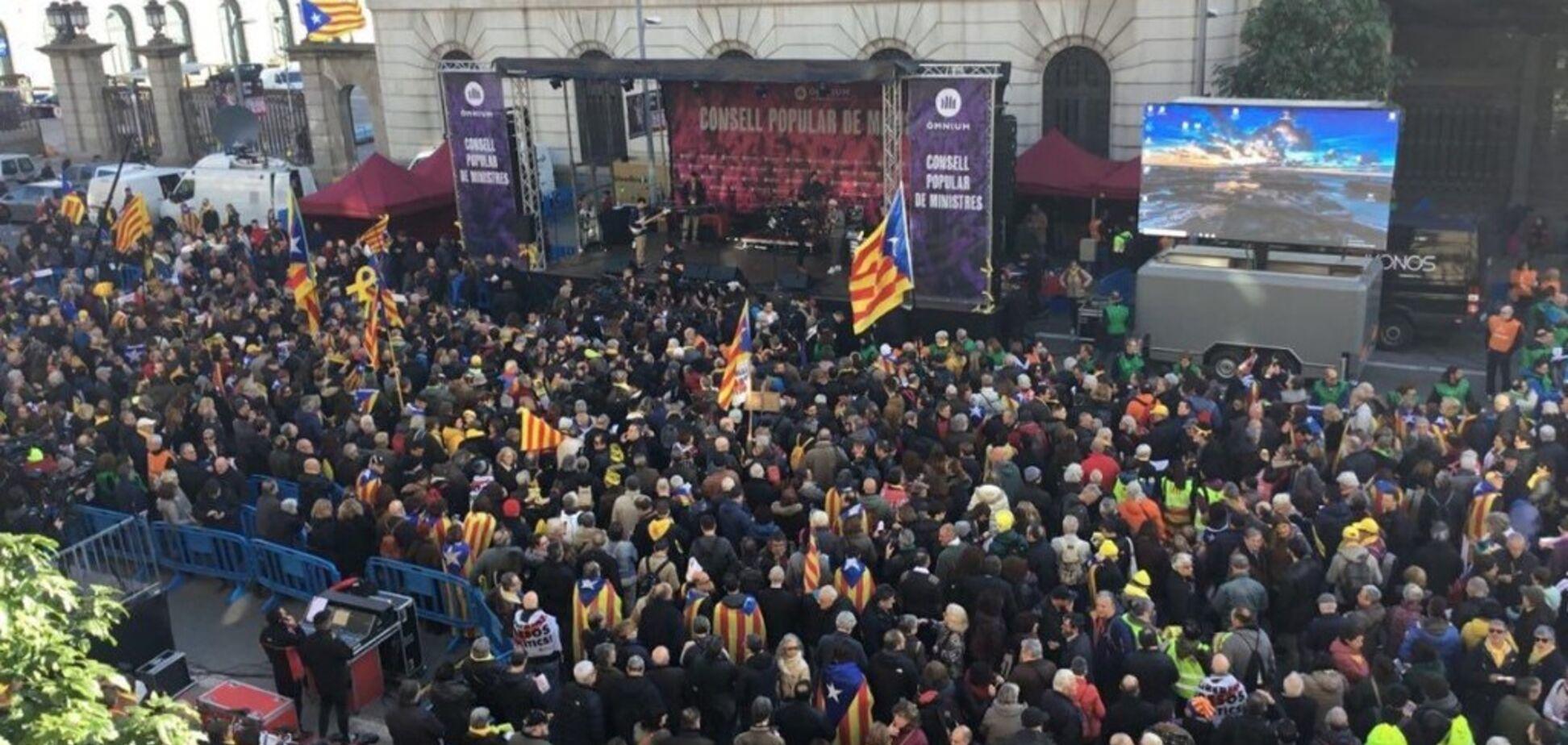 ''Каталония — не Испания!'' В Барселоне тысячи сепаратистов устроили беспорядки