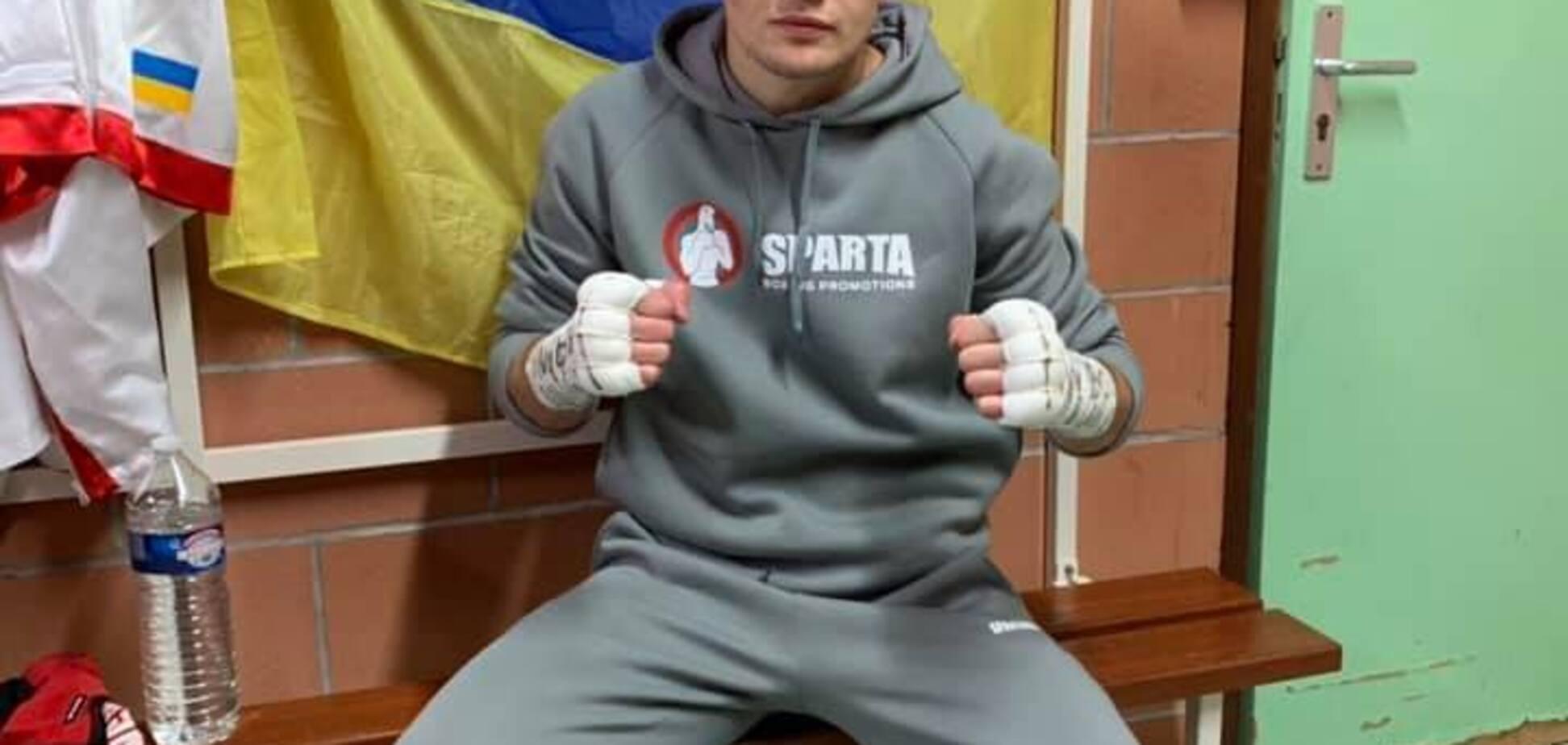 Известного украинского боксера забросали стульями после победы в чемпионском бою