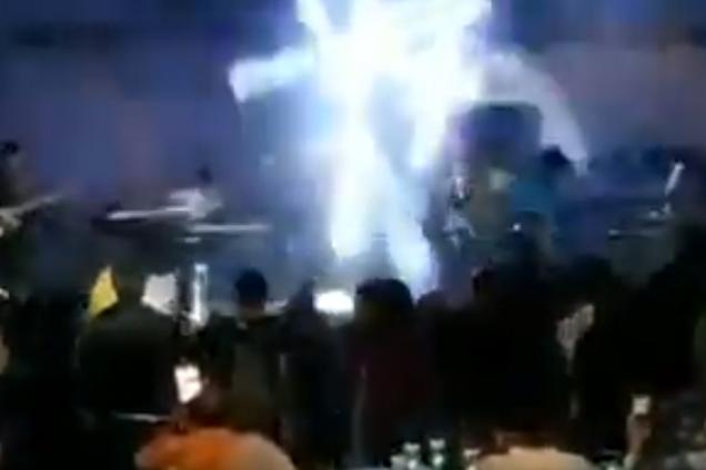 Цунами обрушилось на концерт музыкальной группы
