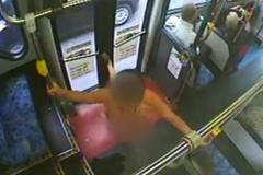 Дівчина влаштувала брудні танці в автобусі і стала зіркою інтернету: видео (18+)