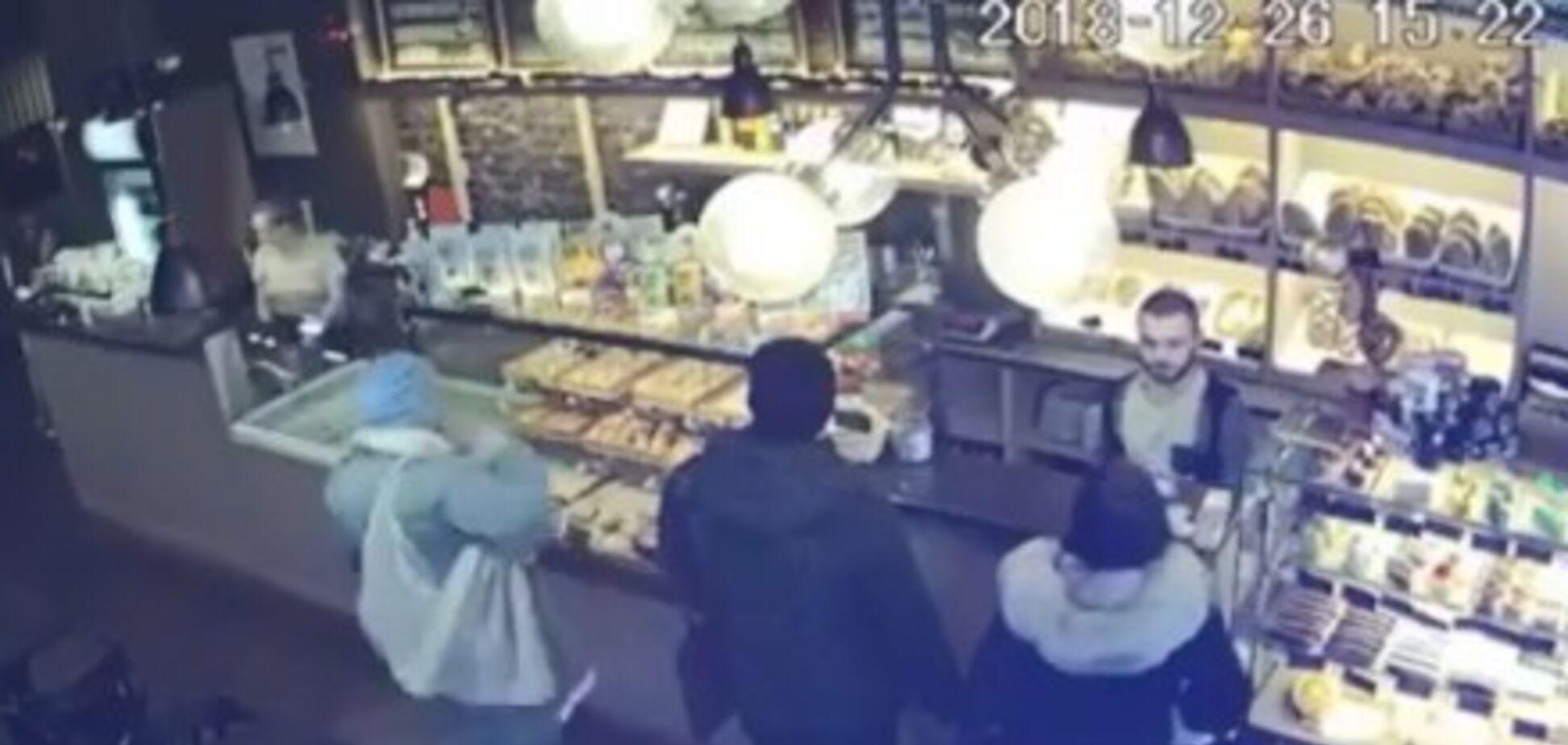 У Києві злодійки обчистили покупця біля каси: момент потрапив на відео