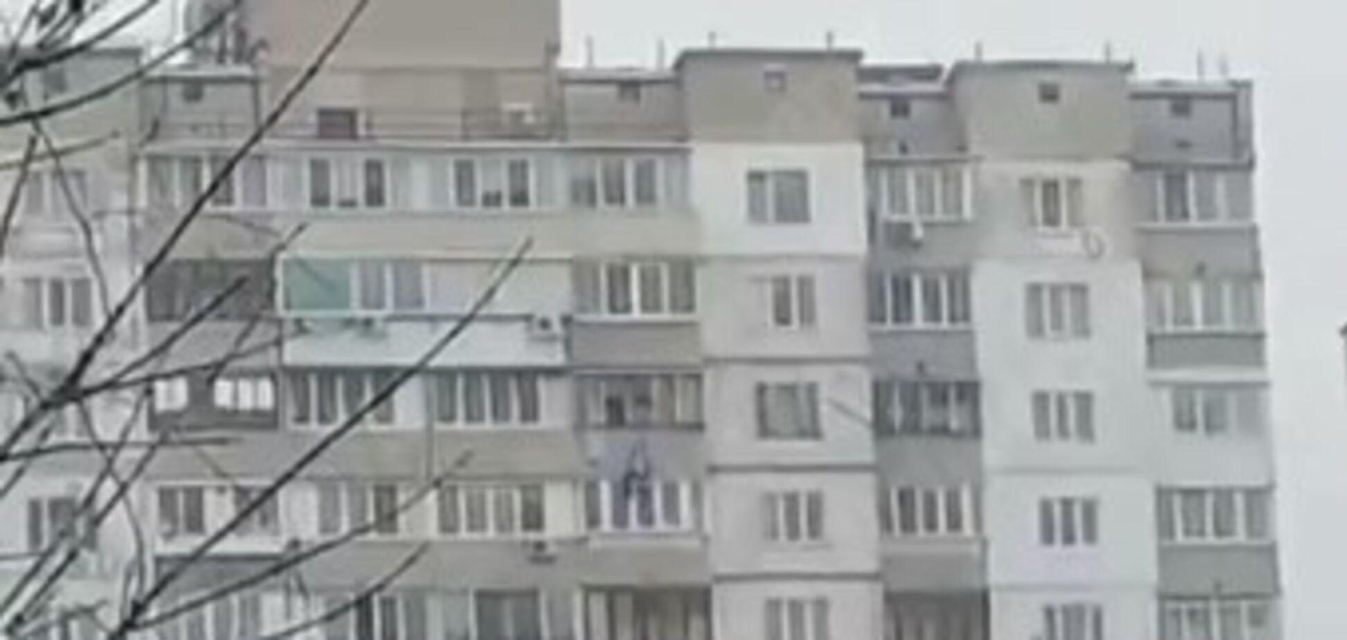 У Києві чоловік скоїв суїцид після конфлікту з подругою: відео з місця НП