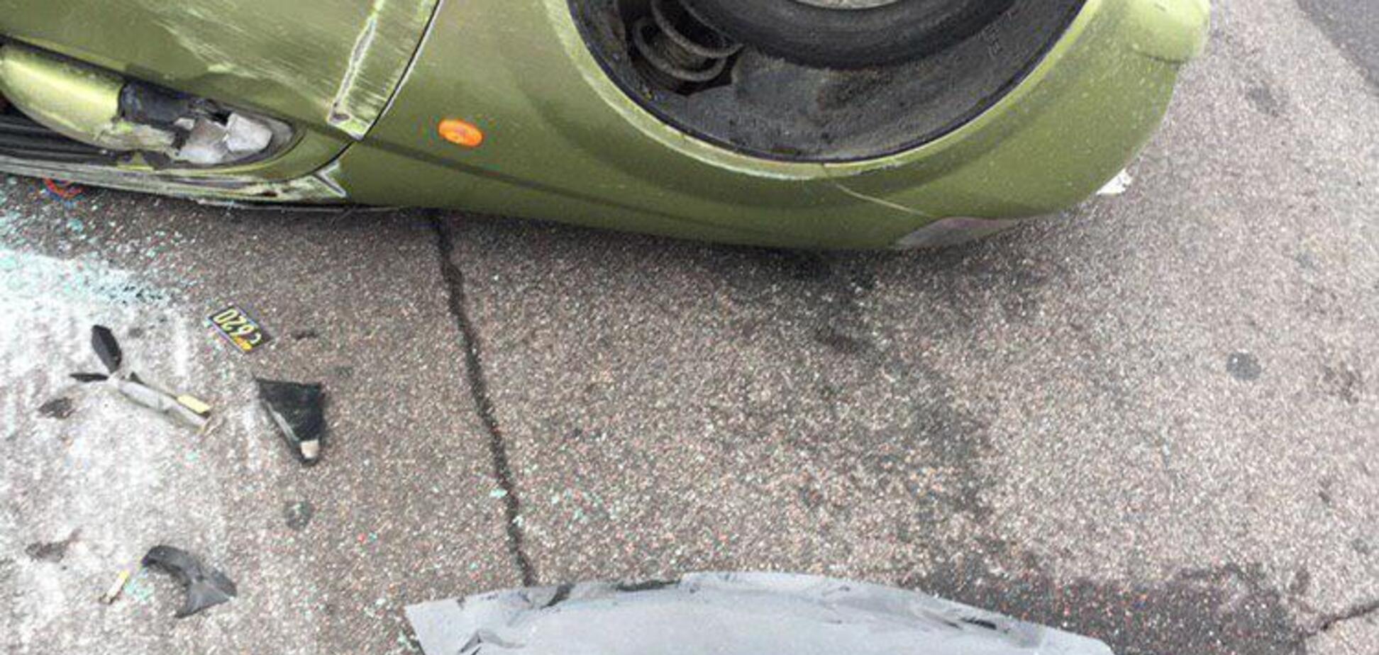 У Києві таксі перекинулося на дах: постраждала дитина. Фото з місця НП