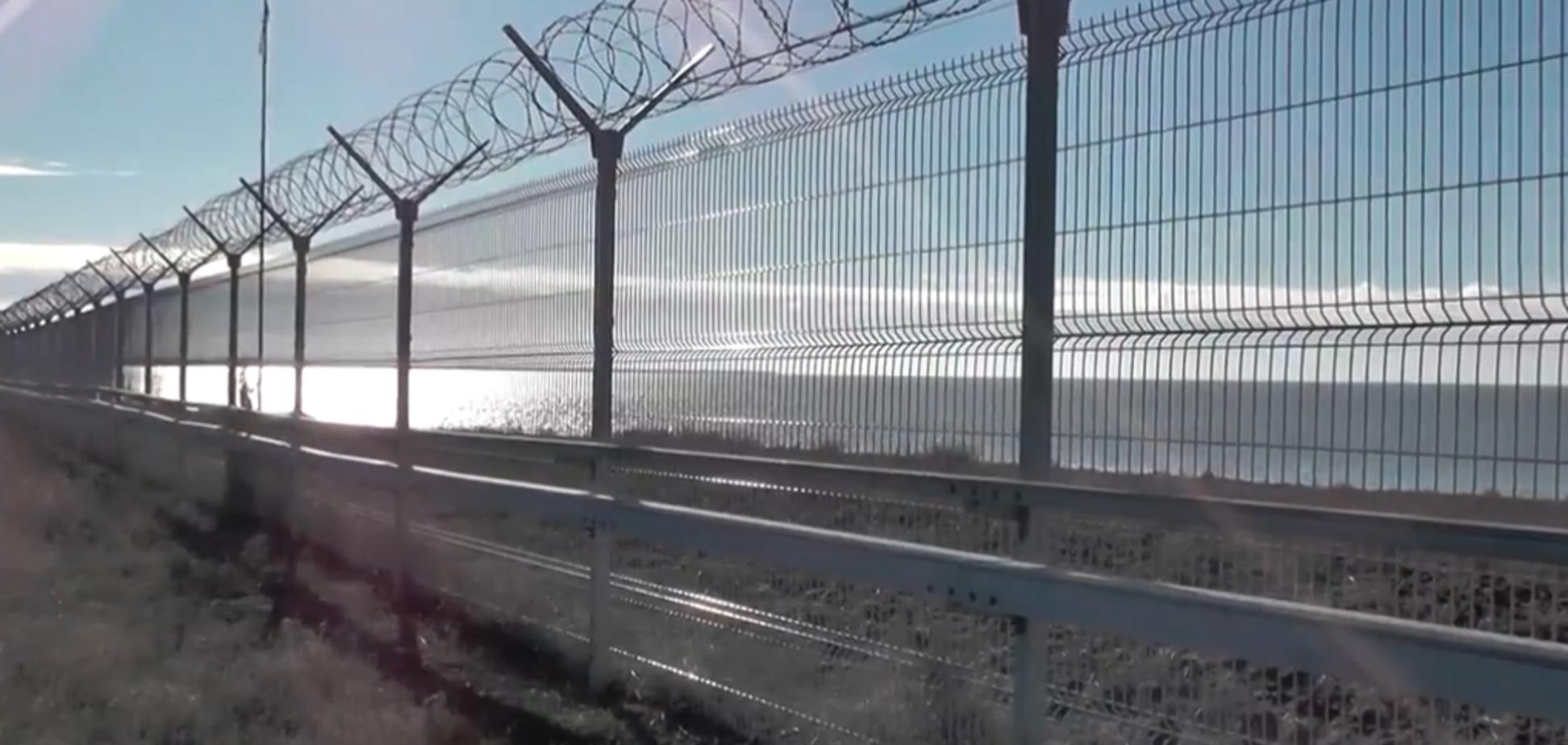 ''Відповідальність неминуча'': окупанти показали паркан у вкраденому Криму. Відео