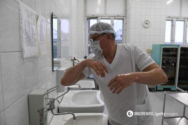 Доктор миє руки