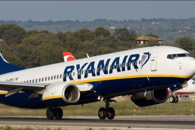 Украинцев возмутил грязный салон самолета известной авиакомпании: фотофакт