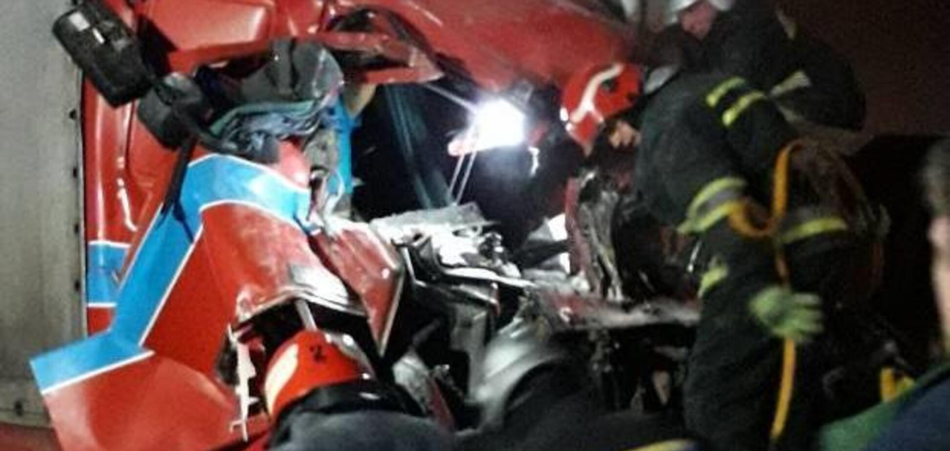 На Хмельниччині вантажівка протаранила кафе: є жертви