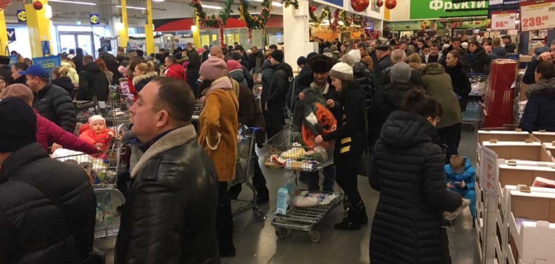 ''Хроніки новорічного зубожіння'': українці влаштували 'затори' в магазинах. Фотофакт