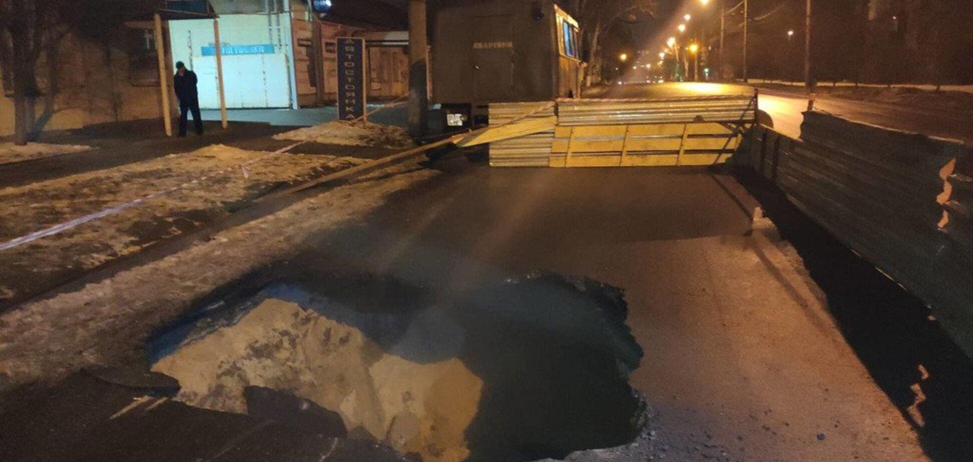 У Запоріжжі під фурою провалився асфальт: є фото