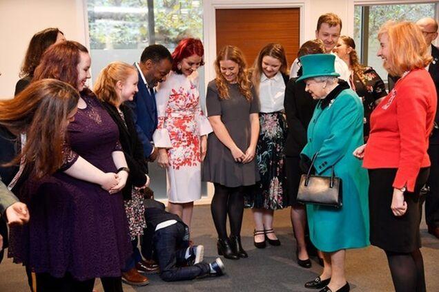 Зустріч дітей із Єлизаветою II закінчилася конфузом