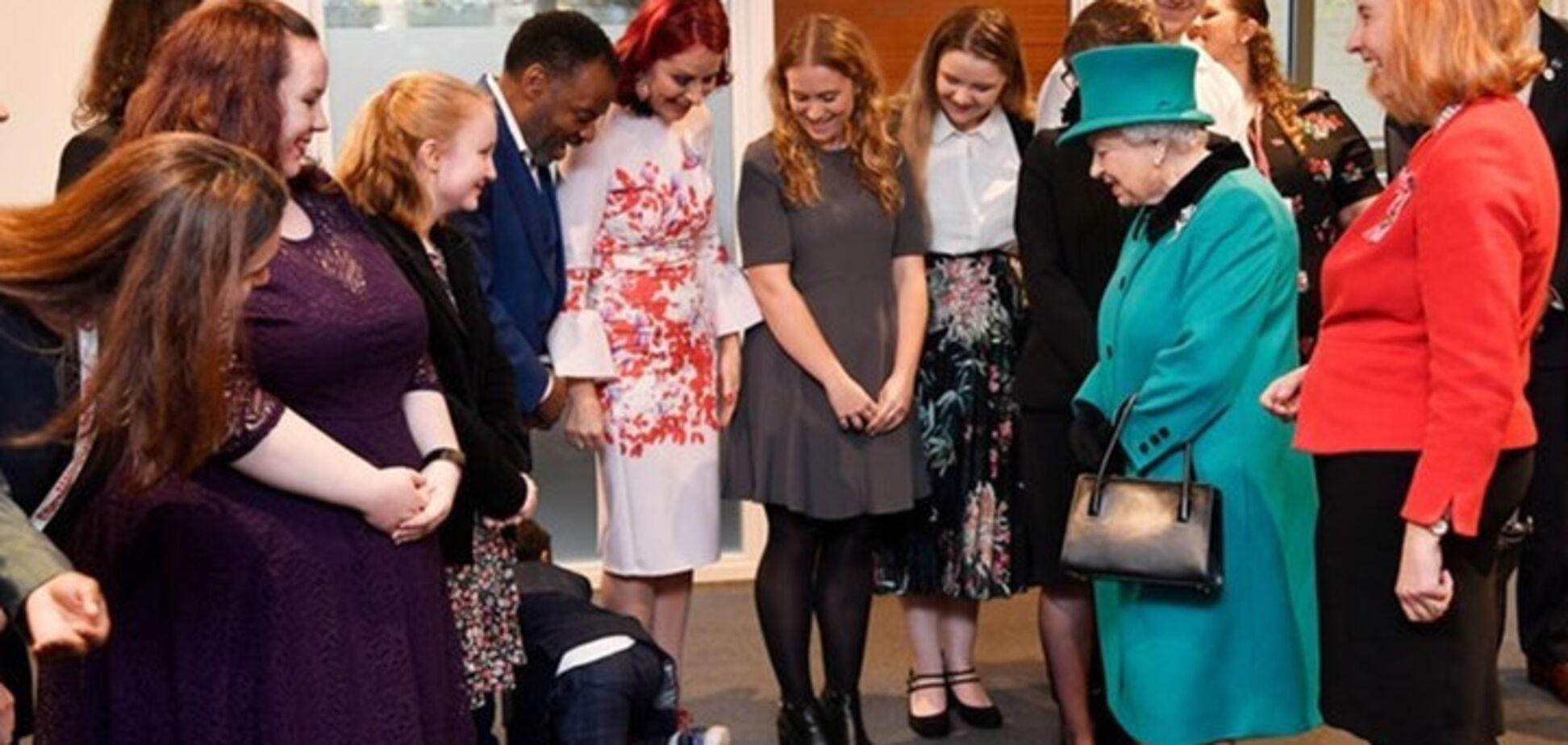 'Виповз по-англійськи': зустріч дітей із королевою Єлизаветою закінчилася конфузом. Кумедне відео