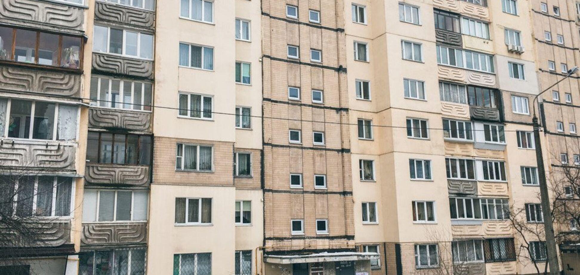 У Києві чоловік викинувся із вікна: фото з місця події