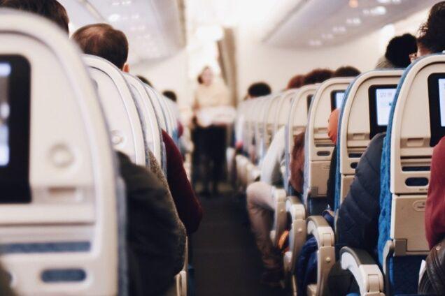 Авиапассажир-любитель пива обплевал попутчиков и стал звездой сети