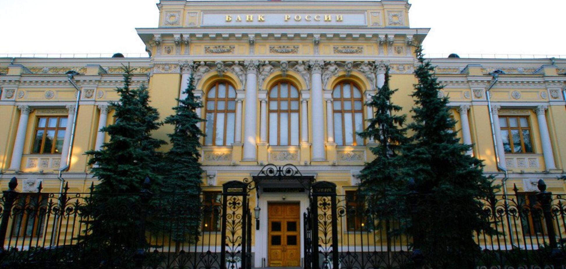 Росії пригрозили відключенням від SWIFT: головний банк країни забив на сполох