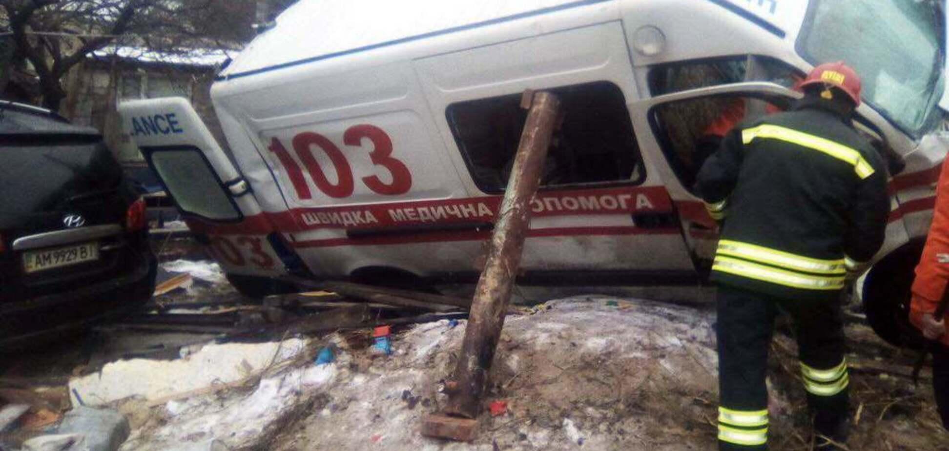 Влетіла в будинок: у Житомирі ''швидка'' потрапила в жахливу ДТП. Фото і відео з місця аварії