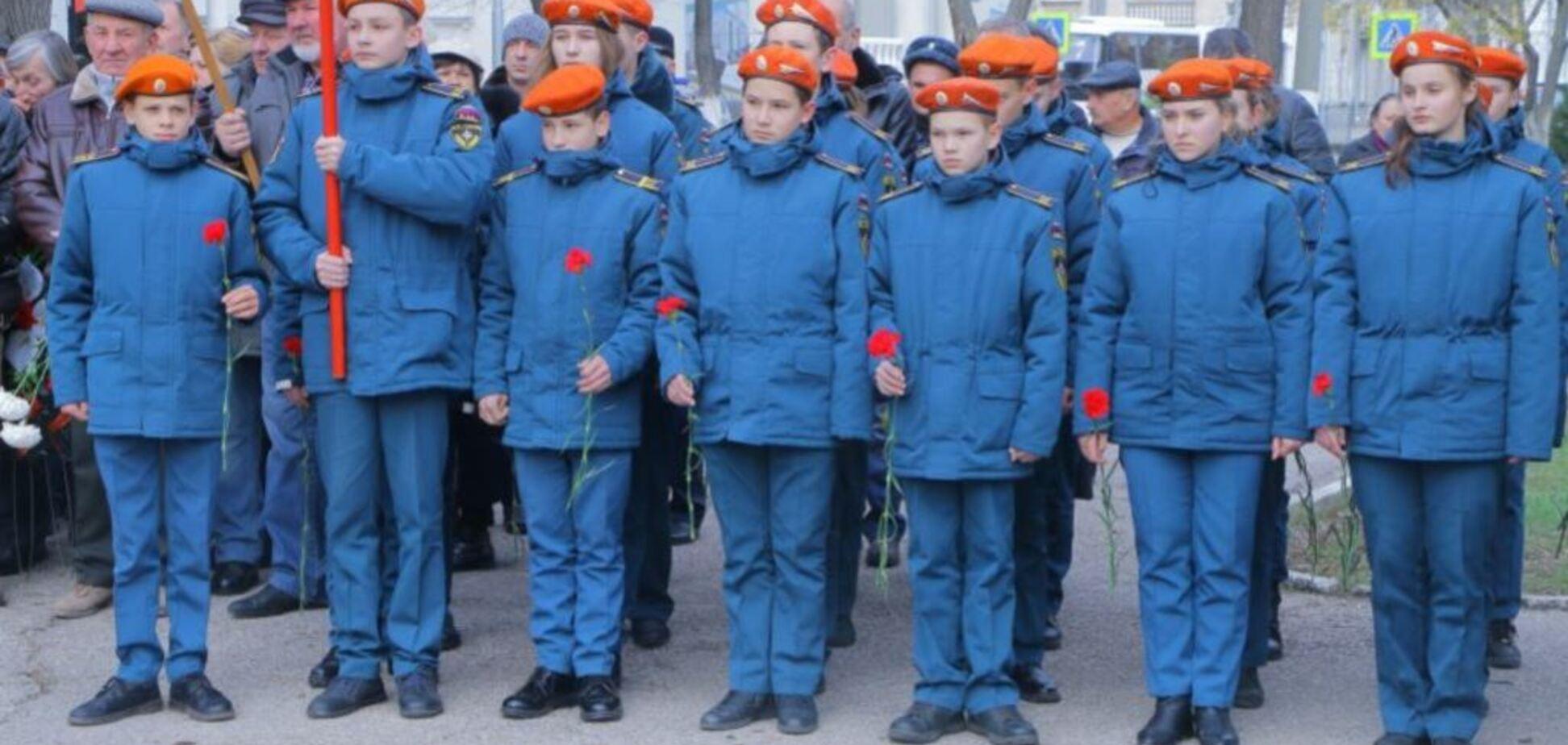 Зігнали дітей у військовій формі: ''зомбі-мітинг'' у Криму висміяли в мережі