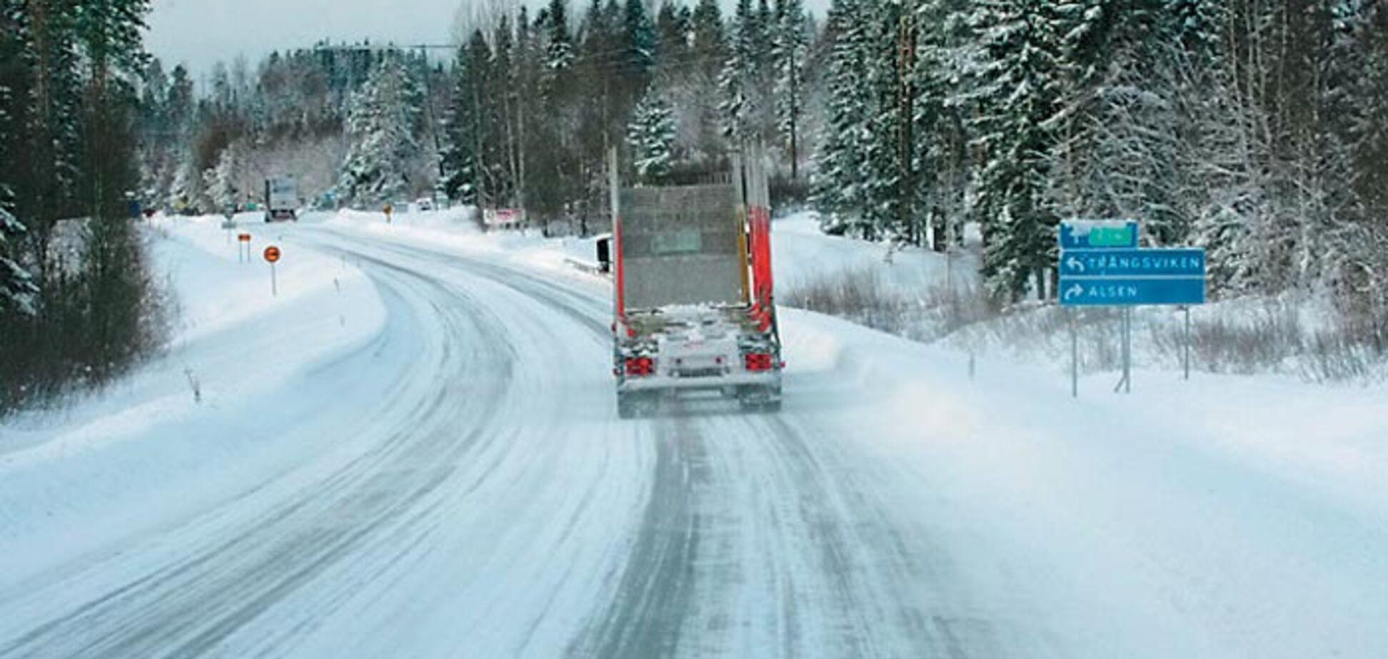 Асфальт на сніг: в мережі показали, як роблять дорогу в Україні
