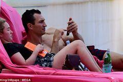 Папарацци засекли Кличко с Панеттьери и дочкой на пляже, поймав пикантный кадр: яркие фото