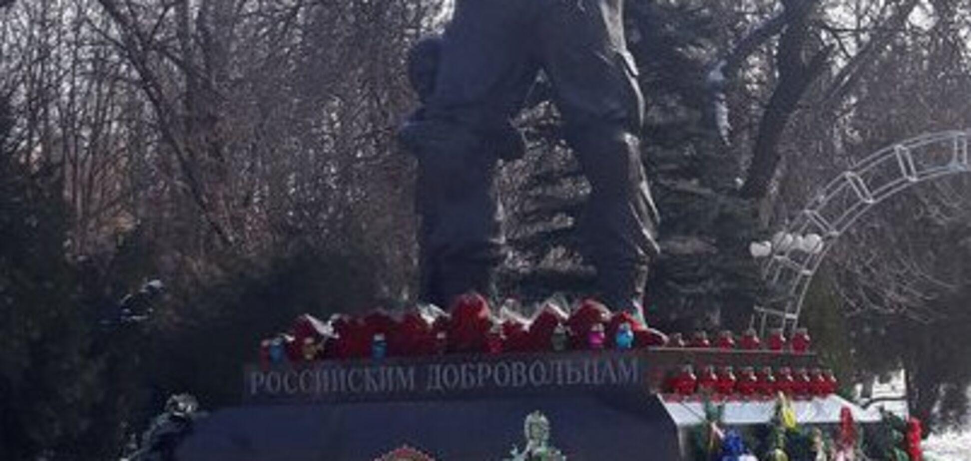 В Луганске установили памятник 'вагнеровцам', скопированный с сирийского