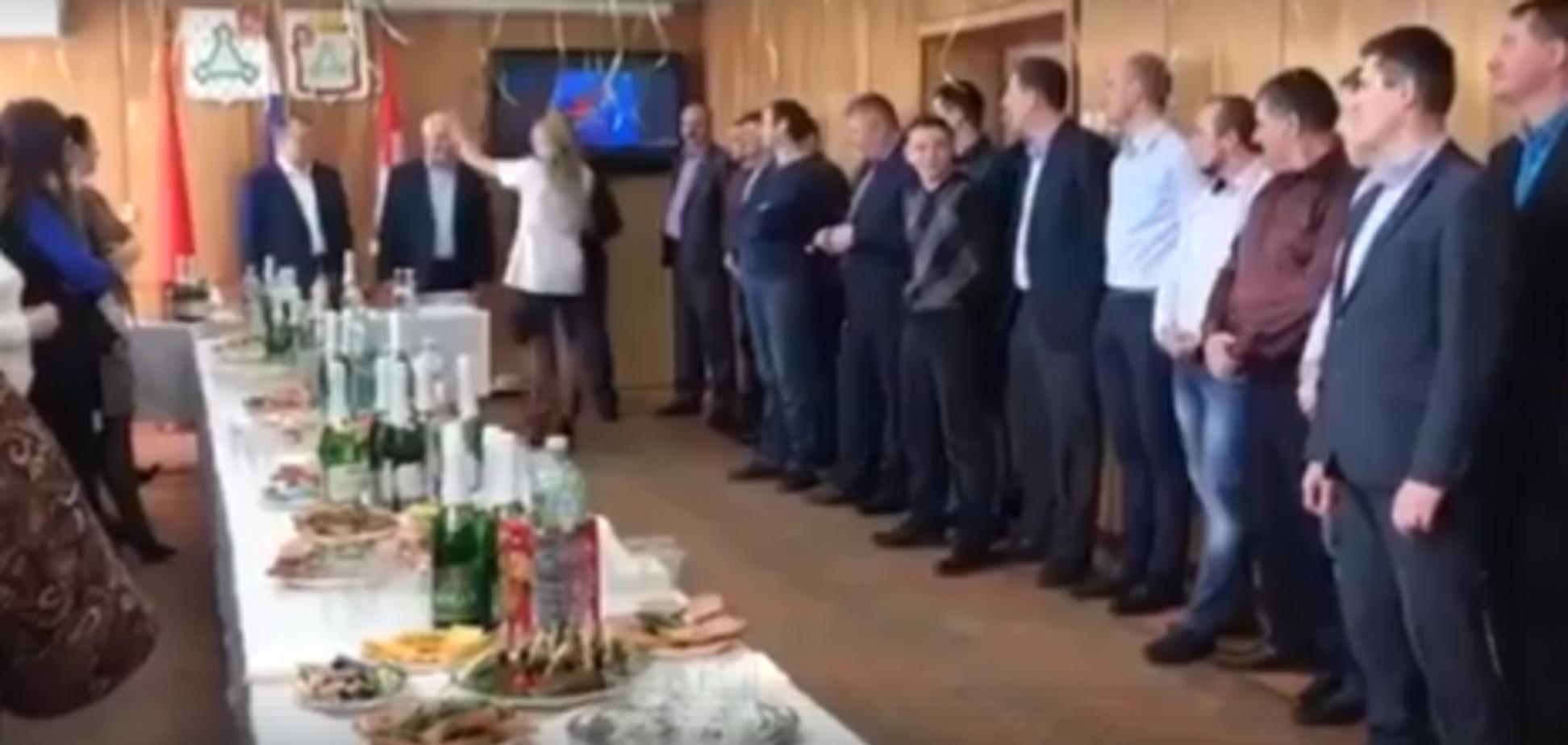 Росіян висміяли за 'гаряче' привітання чоловіків із 23 лютого