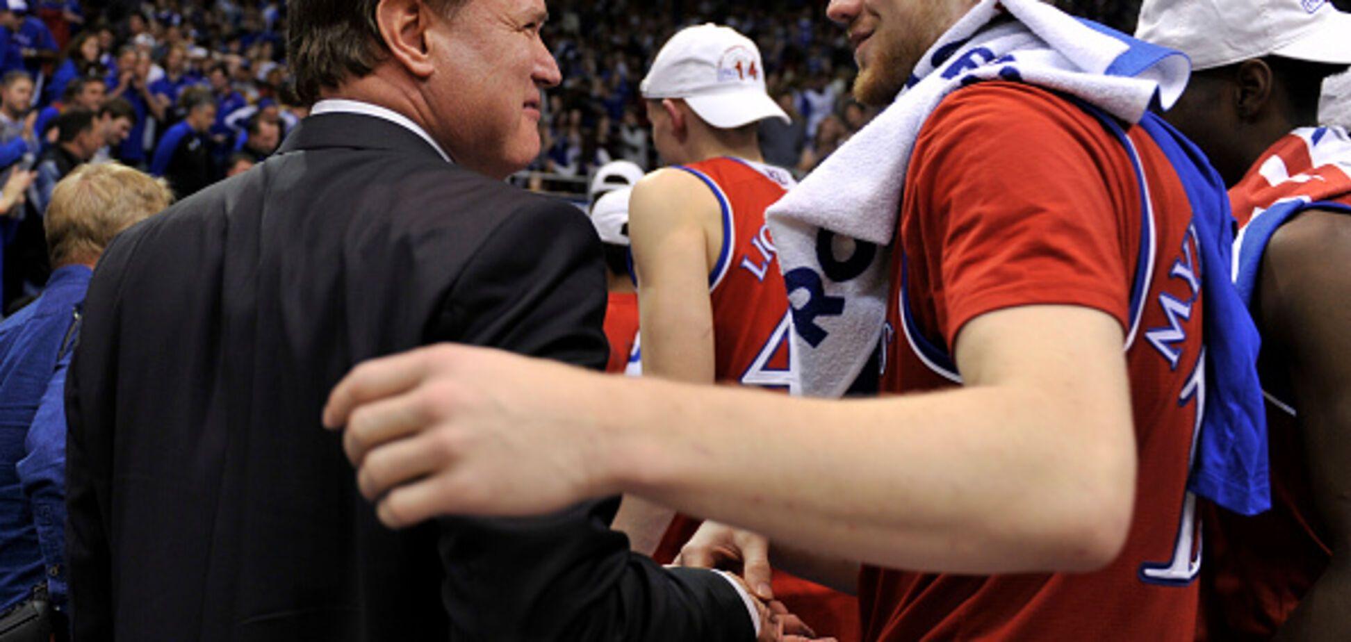 Баскетболист сборной Украины расплакался в США, когда ему устроили стоячие овации: опубликовано видео