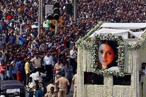 В Индии простились с трагически умершей звездой советского экрана Шридеви