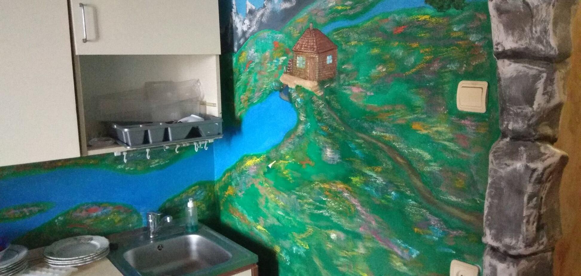 Дикий камень и настенные росписи: в Киеве нашли 'сказочную' квартиру