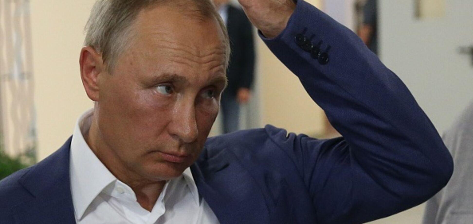 У кабінеті Путіна чиновнику довелося підтискати ноги: смішне фото