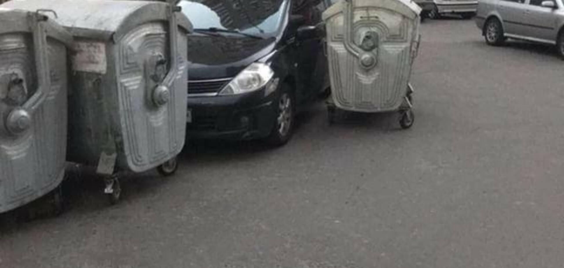 В Киеве 'выкинули' в мусор героя парковки