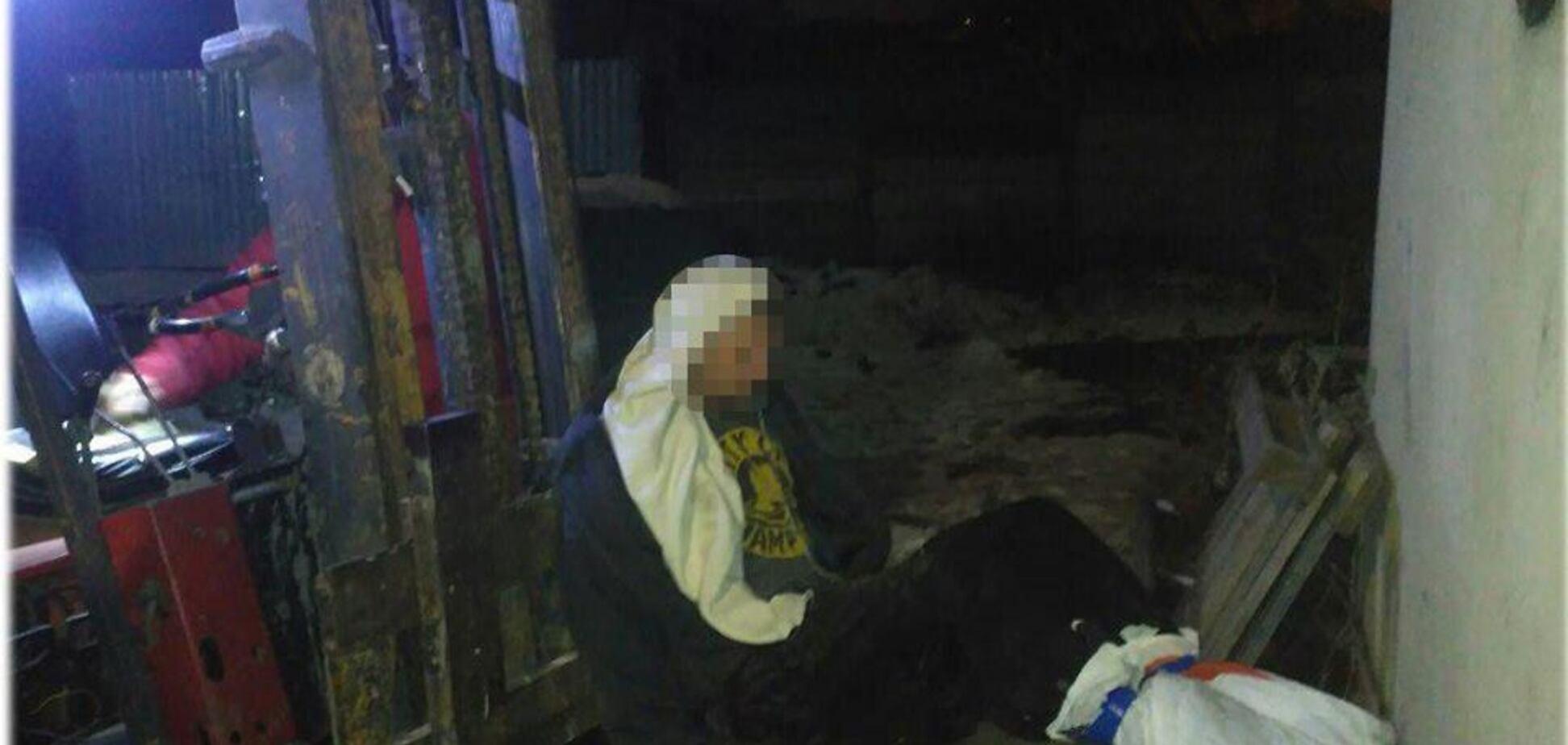 Не міг поворухнутися: в Одесі босий чоловік примерз ногами до даху